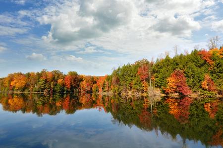 tennesse: Lago hermoso otoño que refleja colores rojos de la caída en su agua clara