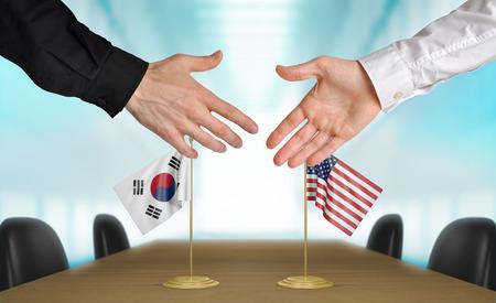 conversaciones: Corea del Sur y Estados Unidos diplomáticos dándose la mano para acordar acuerdo