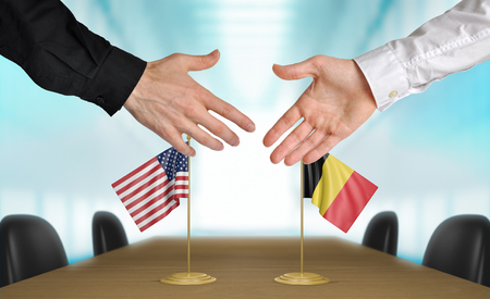 coincidir: Estados Unidos y B�lgica diplom�ticos d�ndose la mano para acordar acuerdo Foto de archivo
