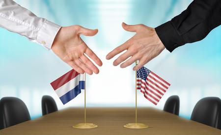 agree: Países Bajos y Estados Unidos diplomáticos dándose la mano para acordar acuerdo Foto de archivo