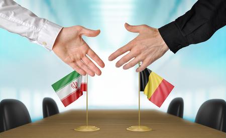 agree: Irán y Bélgica diplomáticos dándose la mano para acordar acuerdo Foto de archivo