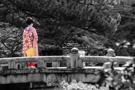 若い女性が芸者に選択的な色の京都の橋の黒と白