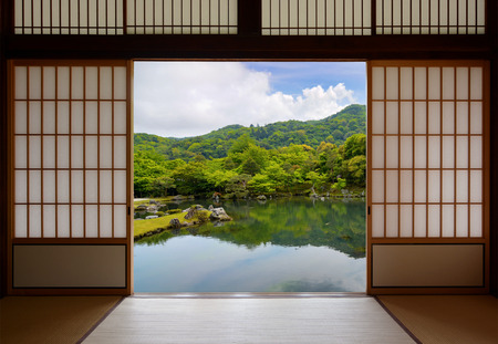 和風引き戸と美しい池庭