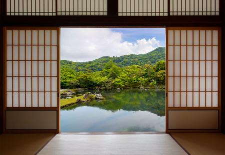 Japanse schuifdeuren en mooie vijver tuin Stockfoto