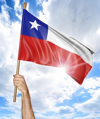 bandera chilena: Mano de la persona que sostiene la bandera nacional de Chile y que lo agita en el cielo, que forma parte de renderizado 3D Foto de archivo