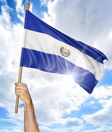 bandera de el salvador: Mano de la persona que sostiene la bandera nacional de El Salvador y que lo agita en el cielo, 3D