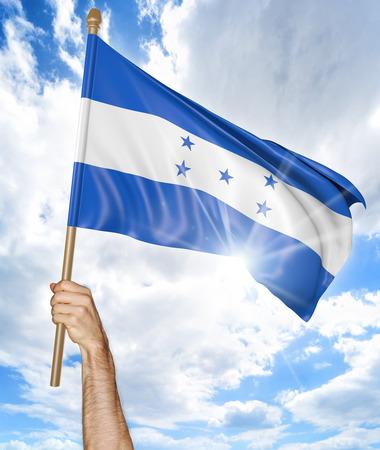 bandera honduras: Mano de la persona que sostiene la bandera nacional de Honduras y que lo agita en el cielo, 3D Foto de archivo
