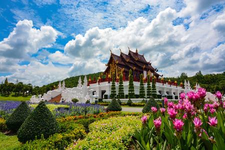 jardines con flores: jardines de flores de color rosa por el pabellón en el Royal Park Rajapruek en Chiang Mai, Tailandia