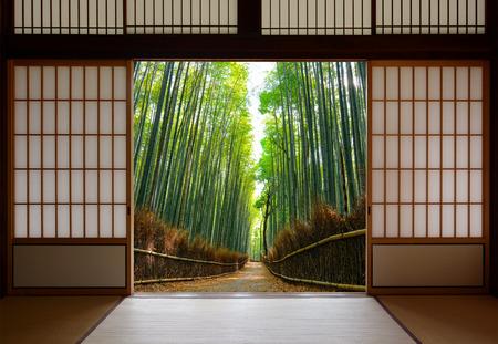 Antecedentes de viaje de puertas de papel de arroz japonesa abierta a un camino de bosque de bambú pacífico Foto de archivo