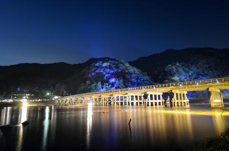 京都嵐山花灯路まつり月橋と山に夜イルミネーションの長時間露光