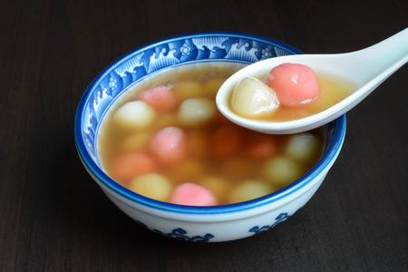 Zelfgemaakte zoete Chinese Tangyuan dessert, gegeten voor familiereünies en speciale festivals Stockfoto - 68155816