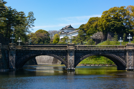 Historic Seimon Ishibashi Bridge and guard tower turret at Tokyo Imperial Palace in Japan 新聞圖片