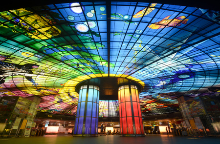Dome of Light glass mural installation at Formosa Boulevard Station, Taiwan. Redactioneel
