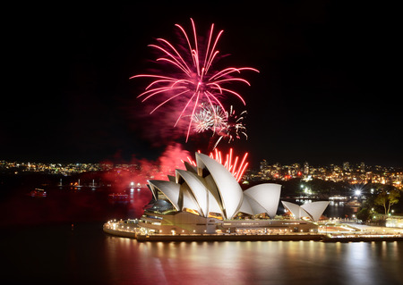 Sydney, Australia - March 8, 2018: An impressive fireworks show hosted by the Sydney Opera House Redactioneel