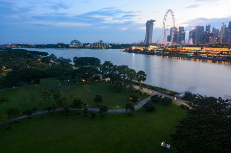 Evening at Singapores Bay East Garden and Marina Bay Redactioneel