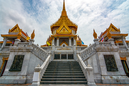 Grand entrance to Golden Buddha Temple in Bangkok, Thailand Redactioneel