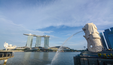 Iconic Merlion statue fountain at Marina Bay in Singapore Sajtókép