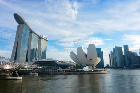 Wide angle view of Marina Bay Sands and the ArtScience Museum in Singapore Redactioneel