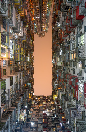 Cramped living spaces at the Montane Mansion apartments in Hong Kong's Quarry Bay district Foto de archivo