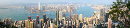 Panoramic view of Hong Kongs Victoria Harbour and energetic Central business district Redactioneel