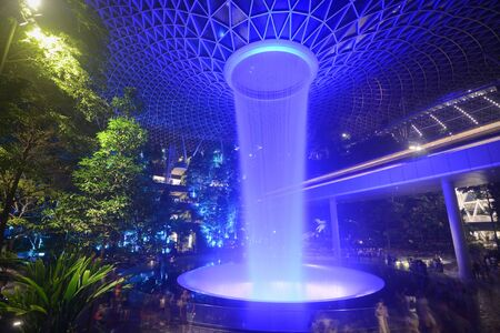 A waterfall light show entertains visitors at Singapores Jewel Changi entertainment complex Stockfoto