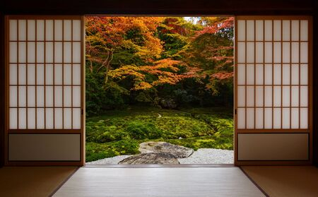 Autumn colors framed by traditional Japanese sliding doors and tatami mats Foto de archivo