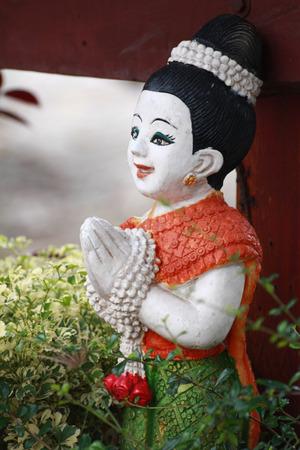 이 샴 조각은 방문자에게 경의를 표합니다.