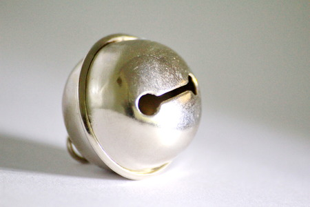 marqueteria: Esta es una pequeña campana, un accesorio para los gatos y los perros.