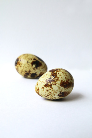 kuropatwa: Dwa jaja przepiórki na białym tle.