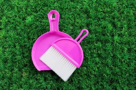set van roze schoonmaak stof op kunstgras Stockfoto