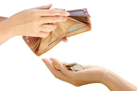 Mano sujetando el bolso vacío y monedas en la mano, aislar el fondo blanco.
