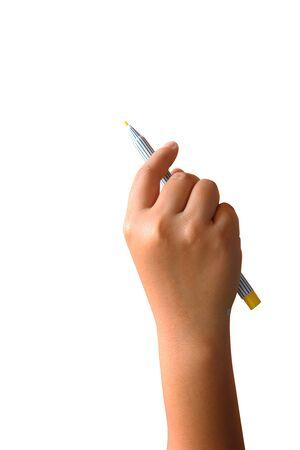 main d'enfant tenant un stylo de couleur, fond blanc isolé et tracé de détourage enregistré