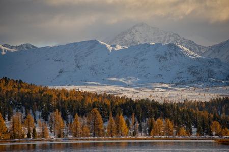 Russland. Berg Altai. Spätherbst am Kidelu-See.