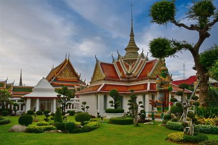 Trees of bangkok. Thailand, Bangkok. Buddhist temple of dawn (Arun) 免版税图像
