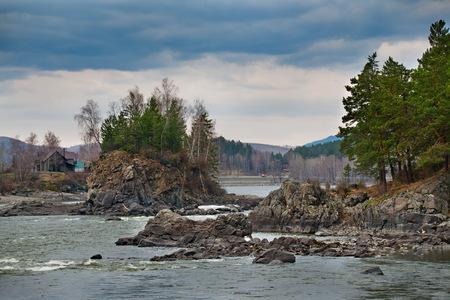 Russie. Le sud de la Sibérie occidentale. Au début du printemps dans les montagnes de l'Altaï, la rivière Katun.