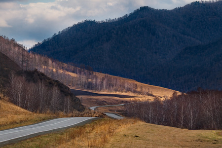 Russia. mountain Altai. Federal highway in Siberia. 免版税图像