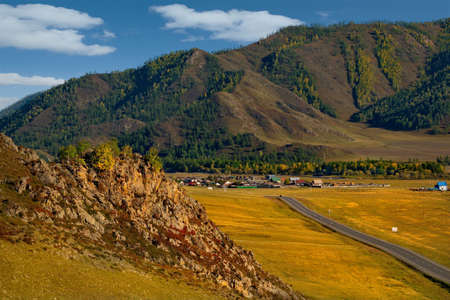 Russia. South Of Western Siberia. mountain Altai. Autumn colors of mountain valleys along the Chui tract. 免版税图像
