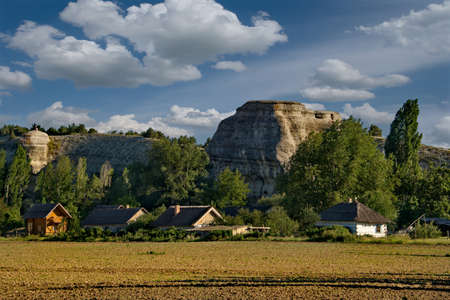 Russia. Crimea. The famous mountain Bor-Kaya (Chalk Mountain), popularly called a Crocodile, is a narrow single outlier, wriggling like a reptile. It is located near the city of Bakhchisarai. Banque d'images