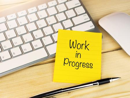 Work in progress auf Kurznotizen auf Holztisch Standard-Bild