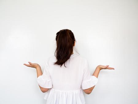 Jeune fille ouvrant les mains, Shrug et geste insouciant sur fond blanc