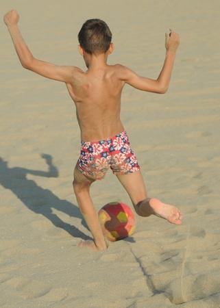 piedi nudi ragazzo: Gioco della palla Archivio Fotografico