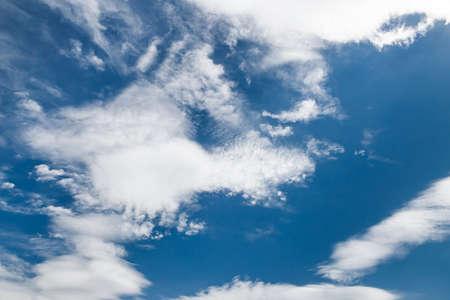 Kumuluswolken auf dem blauen Himmel durchsetzt mit Cirruswolken