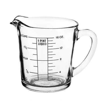 컵을 측정하는 것은 흰색 배경에 고립