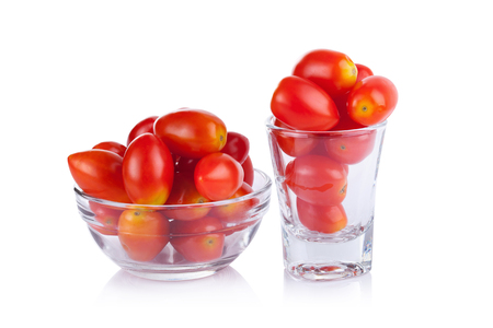 tomate cherry: Tomates en un vaso Foto de archivo