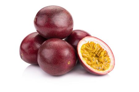 pasion: fruta de la pasión aisladas sobre fondo blanco.