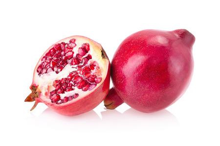 segmentar: segmento de la fruta granada madura aislado sobre fondo blanco.