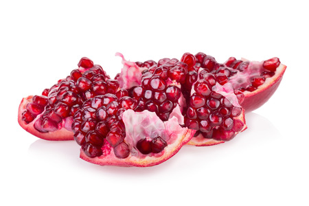 segmento: segmento de fruta de la granada madura en el fondo blanco.