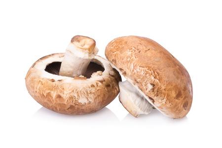 portobello champignons op een witte achtergrond.