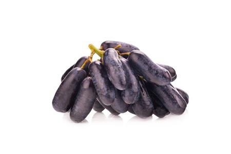 zafiro: las uvas de zafiro negro dulces en el fondo blanco