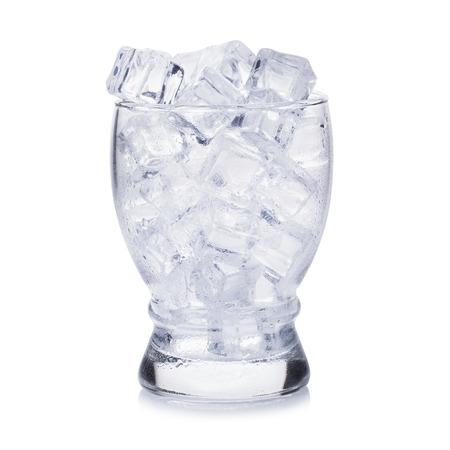 Glas van ijs blokjes op een witte achtergrond.